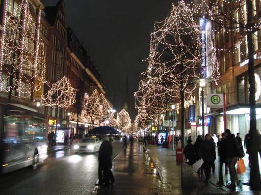 Kein Entrinnen. Raus aus dem Zug, rein in den Weihnachtsrummel auf der Mönckebergstraße in Hamburg heute Abend. (foto: zoom)