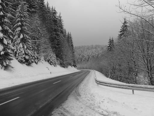 Gut geräumt: die Landstraße 740 hinter Silbach in Richtung Winterberg.