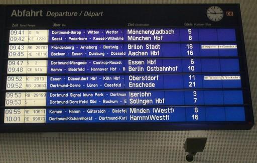 Dortmund Hbf: Bahnhofshalle um 9:15 Uhr. Anzeige des Sonderzugs.