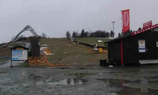 Winterberg im Januar 20112: Pfützen, nasse Wiesen und Schneekanonen in der Warteschleife. (foto: zoom)