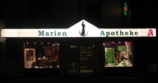 Die Marien Apotheke in Siedlinghausen hat Feierabend. Wer hat wohl Notdienst? (foto: zoom)
