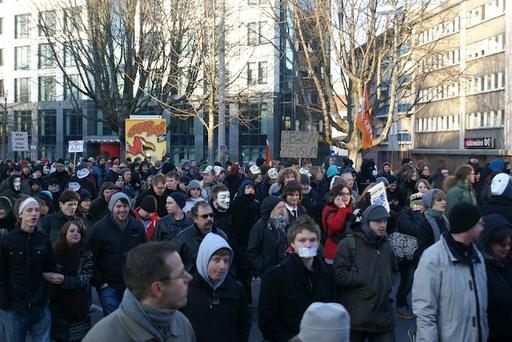 Der Demonstrationszug bewegt sich durch Dortmund.