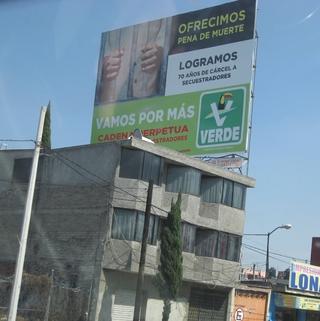 """Mir hat sich nicht erschlossen, warum sich die grûne Partei in Mexiko fûr die Todesstrafe einsetzt. Jedenfalls wollen sie diese """"anbieten"""". (fotos: koerdt)"""