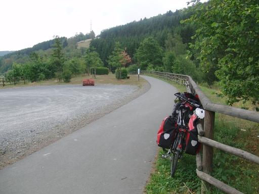 Ein Plus für Züschen: hier beginnt der Radweg nach Hallenberg auf der (leider) stillgelegten Bahntrasse nach Hallenberg/Frankenberg. (foto: zoom)
