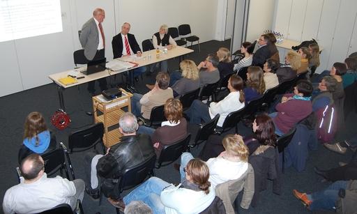 Ein vollbesetzter Saal. Auf dem Podium Heinz Hilgers, Gerd Stüttgen und Erika Hahnwald. (foto: spd)