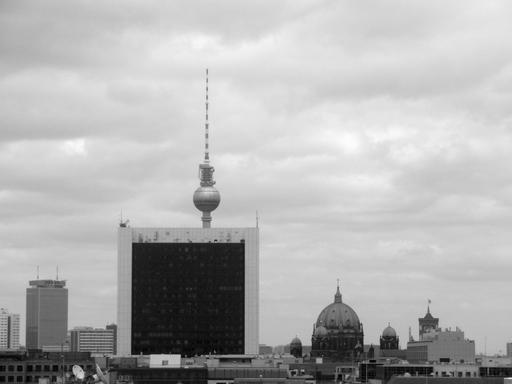 Untenrum bedeckt: der DDR-Stachel auf dem Alexanderplatz. (foto: zoom)