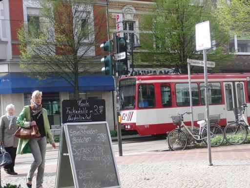 Blick von der Neustraße auf die Friedrich-Ebert-Straße mit Linie 903.
