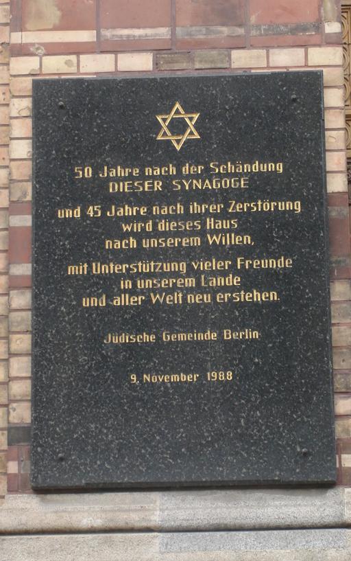 Als der Herr Grass in der Waffen-SS war ... Tafel an der Neuen Synagoge Berlin. (foto: zoom)