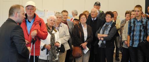 Die Besucher drängen sich im Kongress-Zentrum.