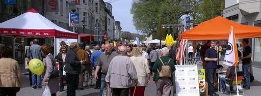Wahlkampf in Neheim. SPD links, Piraten rechts mit Daniel Wagner (foto: florian otto)
