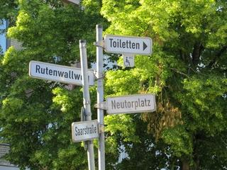 Schilderbaum - Richtung weisend (foto: zoom)