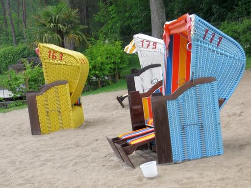 Strandkorb-Kultur mit Zigaretteneimer im Bibertalbad (foto: zoom)
