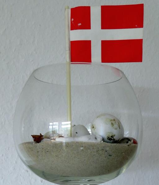Sand, Steine und das Fähnchen - alles original aus Sjælland/DK (foto: zoom)