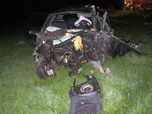 Tödlicher Unfall bei Elleringhausen: Motorblock wurde aus dem Fahrzeug gerissen; die Fahrgastzelle stark deformiert (foto: polizeipresse)