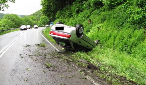 Eine 28jährige Autofahrerin aus Frankenberg überschlug sich mit ihrem Mazda und blieb auf dem Dach liegen (foto: polizeipresse).