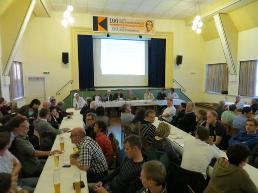 In drei Minuten wird die Bürgerversammlung eröffnet. Das geplante Baugebiet am Allenberg sorgt für Gesprächsstoff und Diskussionen. (foto: zoom)
