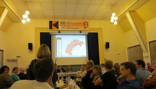 Fragen aus der Mitte der Versammlung. Das Baugebiet auf die Leinwand projiziert (foto: zoom)