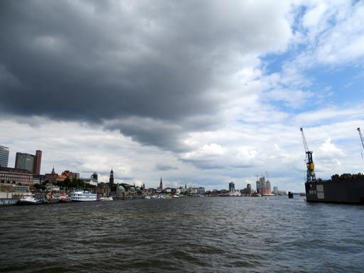 Hamburg: mit der Fähre von Finkenwerder Richtung Landungsbrücken. (fotos: zoom)