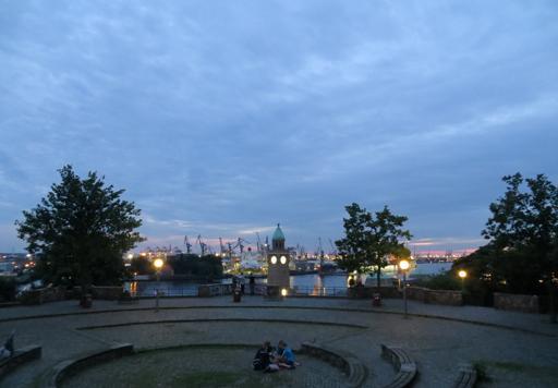 Abends auf dem Balkon der Jugendherberge am Stintfang in Hamburg.