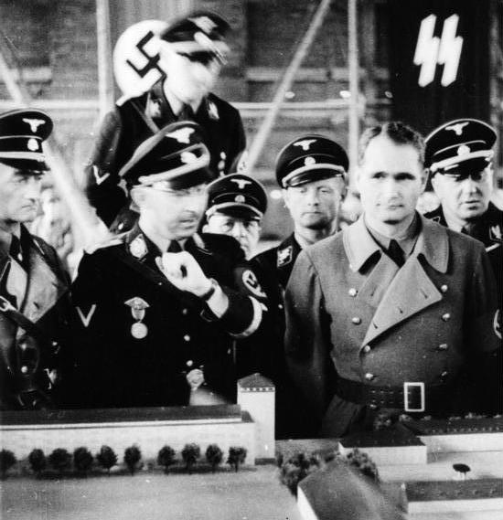 Rudolf Heß, Unterstützer der Anthroposophie (rechts), mit Heinrich Himmler vor einem Modell des KZ Dachau, wo es einen biologisch-dynamischen Hof gab | Foto: Friedrich Franz Bauer, Deutsches Bundesarchiv. Lizenz: PD