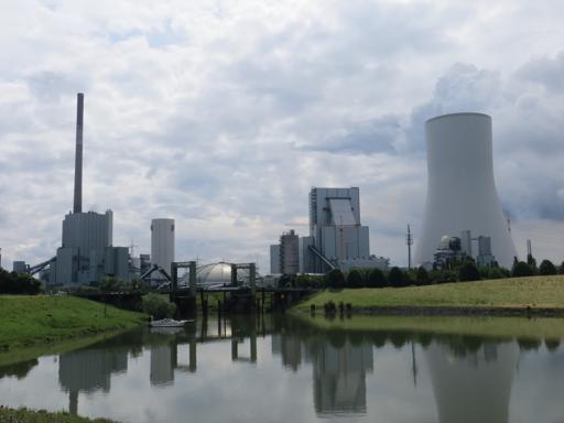 Das Walsumer Kraftwerk vom Rheinradweg im Norden gesehen.