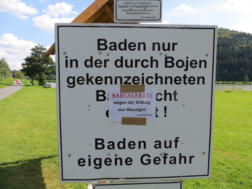 Der Hillebachsee vor zwei Wochen: Badehinweise und Verbot. (foto zoom)