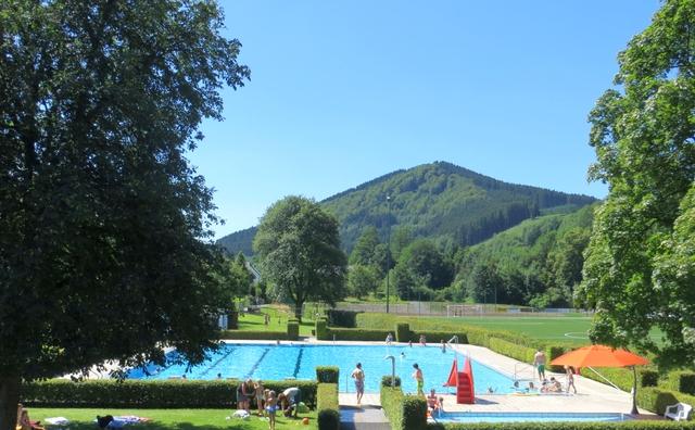 Kein Bademeister. Wann  wird die Freibad-Saison in Winterberg-Siedlinghausen eröffnet. (archiv: zoom)
