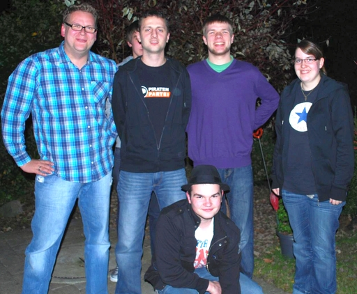 Die Gründungsteilnehmer der Ortsgruppe Arnsberg sowie Sprecher Daniel Wagner (zweiter von rechts) und der stellvertretende Sprecher Reinhold Karle (zweiter von links) (foto: piraten)