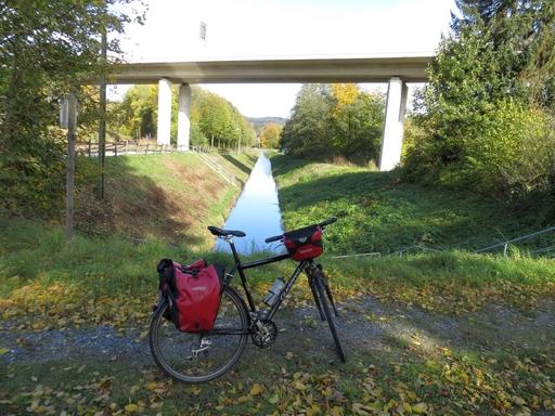 Mit dem Rad vor der Ortsumgehung in Olsberg. (foto: zoom)
