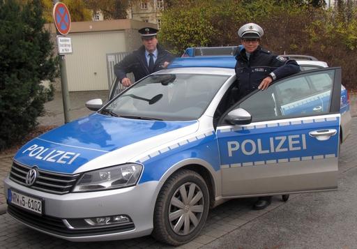 """Der Leiter der Polizeiwache Marsberg, Herr Polizeihauptkommissar Gregor Mertens, nimmt """"seine"""" erste Frau bei der Polizeiwache Marsberg in Empfang. (foto: polizei)"""