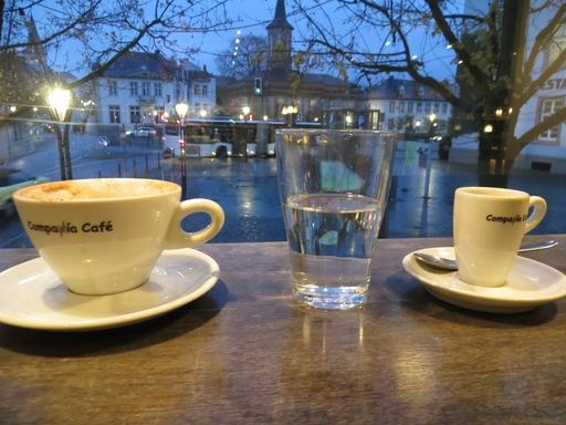 Im Café: Markt mit Auferstehungskirche in Arnsberg (foto: zoom)