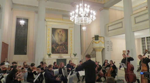 Michael Rzadkowsky dirigiert das Ensemble der Musikschule Hochsauerlandkreis (foto: zoom)