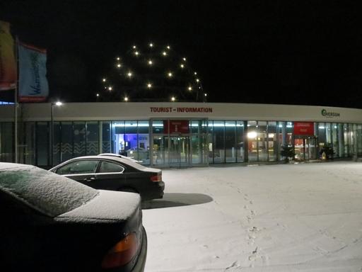 Ja, es schneit: Eingang zum Winterberger Schwimmbad heute Abend (foto: zoom)