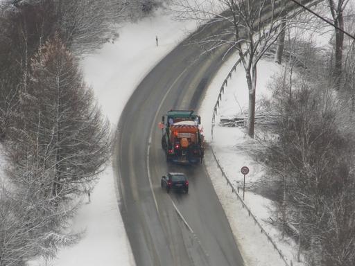 Vom Berg hinabgeschaut: Streudienst auf der L 740 Richtung Winterberg. (fotos: zoom)