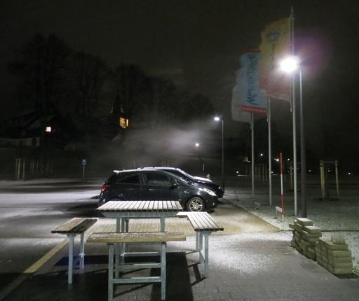 Der Parkplatz vor dem Oversum. Es hat zu schneien begonnen.