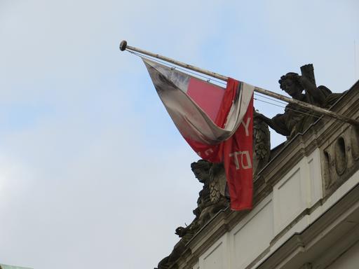 Fahne und politische Lage verwickelt: das Willy-Brandt-Haus im Wahljahr 2013 (foto: zoom)