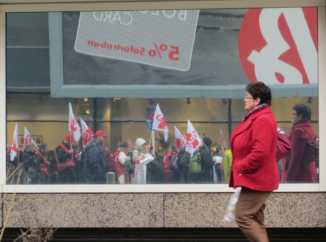 Demonstration im Schaufenster ... (foto: zoom)