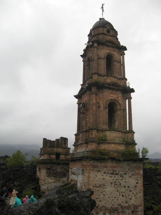 Grau, grauer, am grausten - der sagenumwobene Kirchturm der Kirche San Juan vom Dorf Parangaricutiro. Mein Kinderatlas hatte allen Ernstes behauptet, es sei ein Wunder, dass ausgerechnet die Kirche der Lava standgehalten hätte. Die Wahrheit ist, wie so oft, viel banaler.