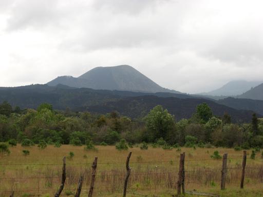 Das Objekt der Begierde - der Vulkan Paricutín, der jüngste seiner Art weltweit. Hier noch in weiter Ferne und zu dem Zeitpunkt lediglich wolkenverhangen.