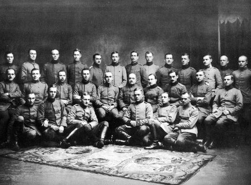 """Deutsche Offiziere der """"Finnischen Legion"""" an der deutsch-russischen Front in Estland 1917. Befehlshaber Hauptmann Ulrich von Coler (mittlere Reihe, 4. v. l.) trat wie viele andere dieser Gruppe 1918 auf die Seite der Weißen um Finnischen Bürgerkrieg. (foto: wikipedia***)"""