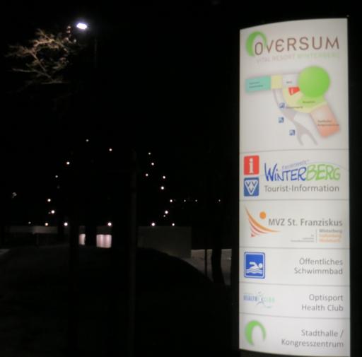 Einfahrt zum Parkplatz Oversum in Winterberg am Freitag Abend (foto: zoom)