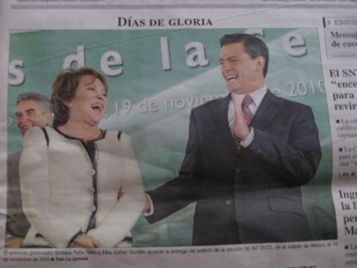 Frau Gordillo und Herr Peña Nieto konnten scheints auch herzlich miteinander lachen. Vielleicht hat sie ihm auch gerade nur für seine Frau ihren Schönheitschirurgen empfohlen und er dachte, das sei ein guter Witz.