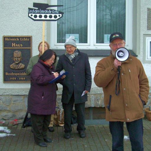 Pax Christi mit Wilfried Böske (vorn) sammelt vor dem CDU-Büro in Meschede Unterschriften gegen Waffenexporte (foto: guntermann-bald)