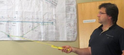 Richard Mede erklärt die Bauzeichnung