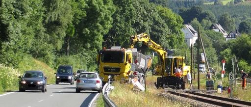 Kurz vor Wulmeringhausen wird der Gleisübergang zum Fußballplatz neu asphaltiert. (foto: zoom)