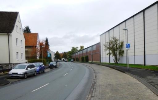 Die Hellefelder Straße - vielbefahren und kein Platz für Radfahrer. (foto: spd arnsberg)