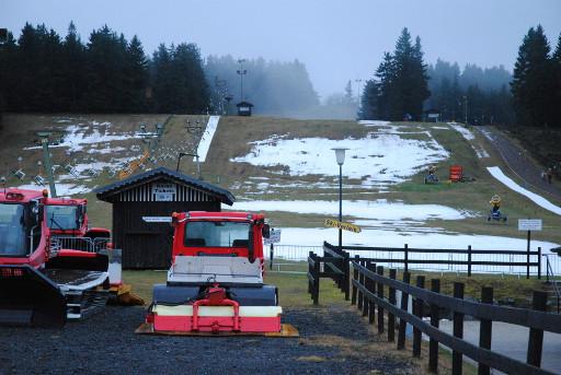 """Gehören grüne Wiesen wie hier im Dezember 2013 bald der Vergangenheit an. Der """"Snowmaker"""" soll es möglich machen. (archiv: zoom)"""