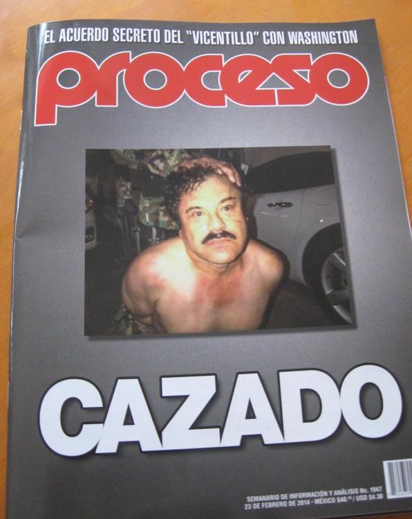 """Da ich ja nicht live dabei war, muss nun ein Magazintitel herhalten. Das ist """"El Chapo"""" direkt nach seiner Festnahme am Samstag. Manche behaupten, dass """"Proceso"""" so etwas wie der mexikanische Spiegel sei. Nun ja, ich finde ihn da eher monothematisch (als würde ganz Mexiko nur aus Narcos bestehen) und bei der Bilderauswahl im Heft habe ich auch schon öfter mal gedacht, die hätte ich mir mal besser auf leerem Magen angeschaut. (foto: koerdt)"""