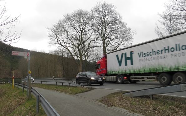 Von rechts kommen die Radfahrer aus Richtung Winterberg herüber.