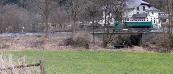 Links die Querung heute, rechts fließt die Ruhr unter der B 480.